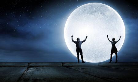 달 빛 아래 서 젊은 로맨틱 커플의 실루엣