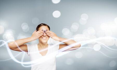 eyes closing: Mujer joven en blanco ojos camisa de cierre con las palmas
