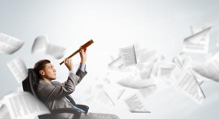 Jonge zakenman in de stoel op zoek in naar kijker Stockfoto