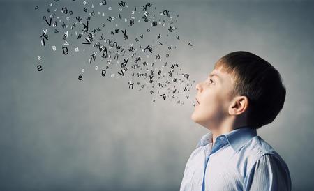 Roztomilý chlapec školního věku a dopisy létající kolem