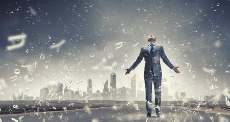 両手を広げて成功を祝ううれしそうなビジネスマン 写真素材