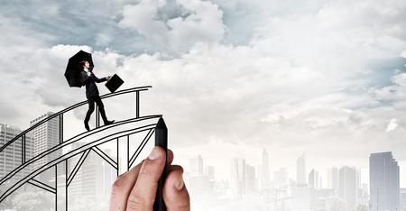 ギャップで描かれた橋の上を歩いて自信の実業家
