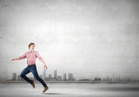 corriendo: Hombre joven en correr informal lejos de algo