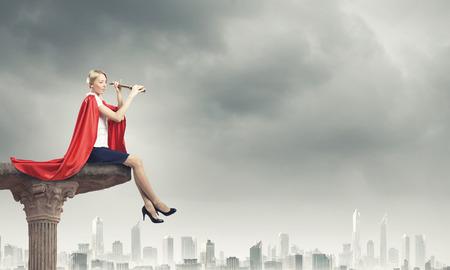 Junge selbstbewusste Frau im roten Umhang und Maske Standard-Bild - 34738351