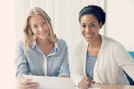 mujeres juntas: Dos mujeres que trabajan juntos en la oficina