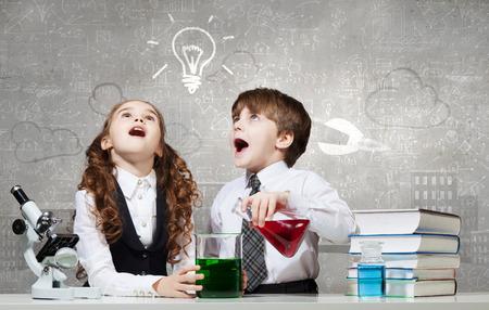 experimento: Dos niños lindos en experimentos lección de química haciendo