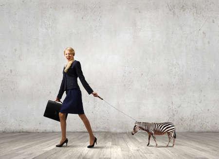 positivism: Piuttosto giovane imprenditrice azienda zebra al guinzaglio