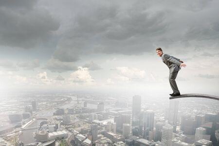 springplank: Jonge zakenman springen van springplank in tot diep