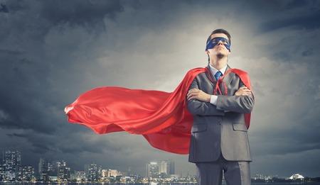 confianza: Joven s�per empresario conf�a en m�scara y la capa