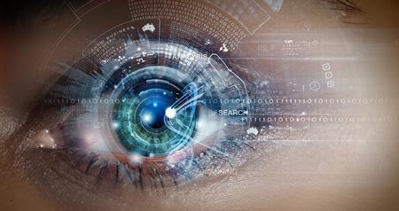 ojo humano: Cierre ojo de la mujer en el proceso de escaneo Foto de archivo