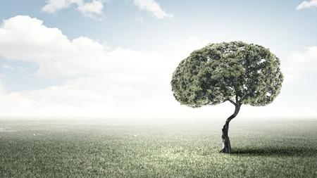 Conceptueel beeld van groene boom in de vorm van de hersenen