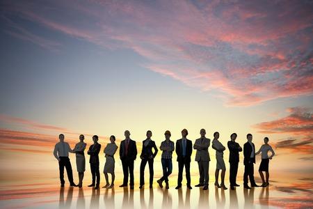 personas de pie: Gran grupo de gente de negocios de pie en l�nea Foto de archivo