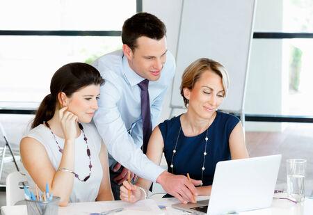 obreros trabajando: Equipo de personas de negocios trabajando juntos