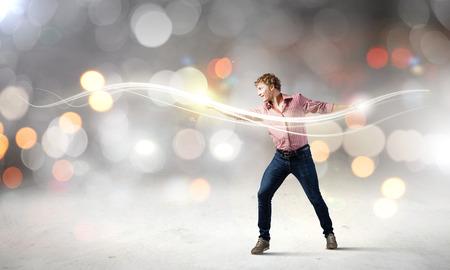 m�gica: Hombre joven en luz m�gica lanzamiento informal