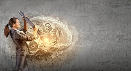 mente humana: Joven empresaria mecanismo de fijaci�n de los engranajes con la llave