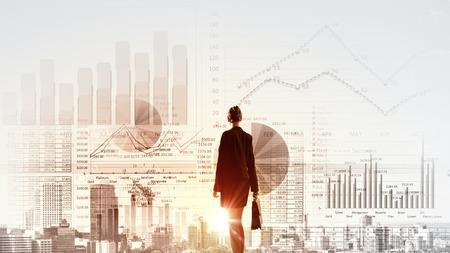 estrategia: Vista trasera de la empresaria mirando boceto estrategia de negocios