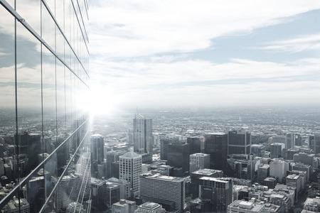 construccion: Vista superior de la ciudad moderna en luces de la puesta del sol