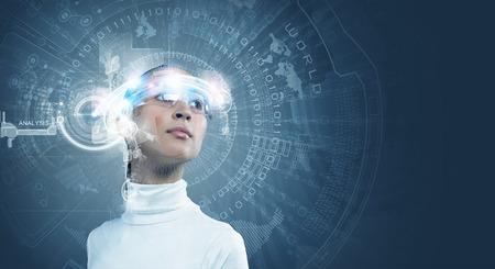 Jonge mooie Aziatische vrouw aan te raken digitale hologram Stockfoto