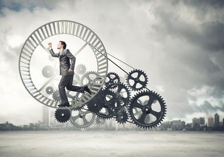 Jonge zakenman in pak lopen in hamster wiel