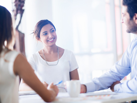mujeres juntas: Equipo de tener una discusión en la oficina