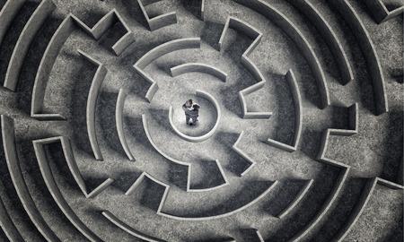 Verwirrt Geschäftsmann, der Mitte des Labyrinths Standard-Bild - 36872816