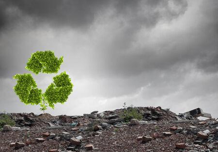 green sign: Immagine concettuale con riciclare segno verde che cresce su rovine Archivio Fotografico