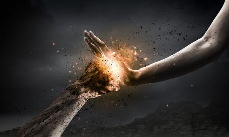 Une main empêchant une attaque de coup de poing de l'autre main Banque d'images