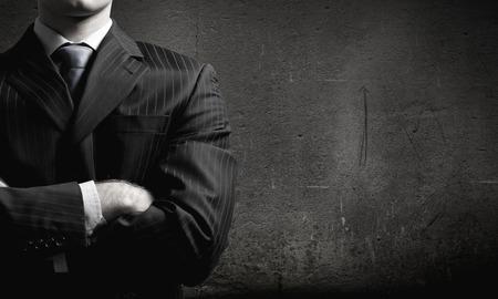 腕を胸に組んで実業家のクローズ アップ