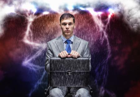 sotto la pioggia: Concettuale immagine di uomo d'affari travagliata seduta sotto la pioggia