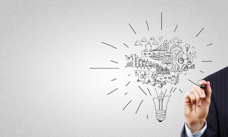 strategy: Cierre de negocios mano que dibuja bocetos de estrategia empresarial