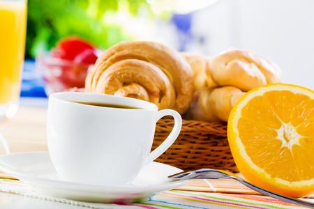 prima colazione: Croissant e tazza di caff� sul tavolo della prima colazione