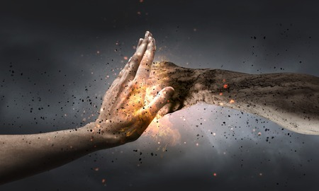 Jedna ręka atak zapobiegania cios innej strony