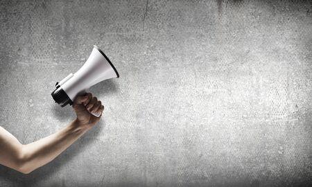megafono: Cierre de retención megáfono mano humana