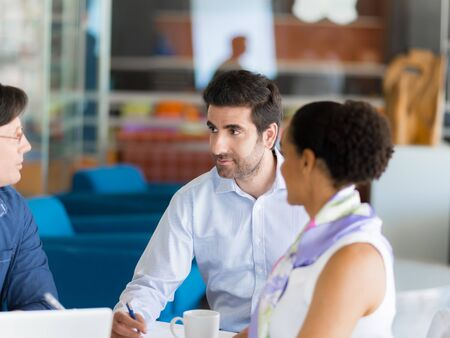 mujeres trabajando: Colegas que trabajan juntos en una oficina