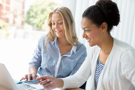 working people: Dos mujeres que trabajan juntos en la oficina