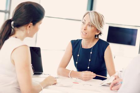 gerente: Encargado de sexo femenino evaluar el trabajo de sus empleados