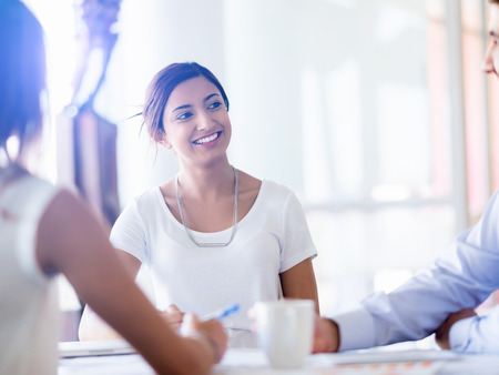 reuniones empresariales: Equipo de tener una discusi�n en la oficina
