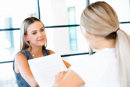 Young professional bij sollicitatiegesprek