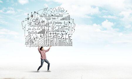 pensamiento creativo: Mujer joven que lleva a cabo las ideas de plan de negocios