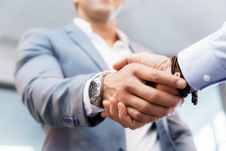 saludo de manos: Apret�n de manos de empresarios salud�ndose