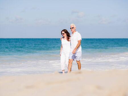 pareja saludable: Pareja caminando en la playa