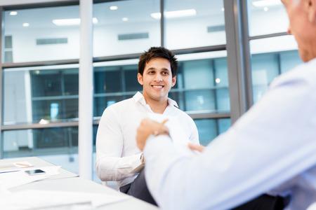 entrevista: Dos hombres de negocios durante la entrevista en la oficina