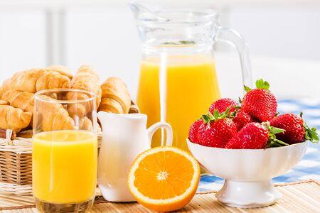 jugos: Desayuno con el surtido de pasteles, cafés y fresas frescas Foto de archivo