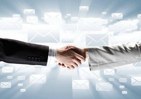 stretta di mano: Primo piano di business handshake su sfondo digitale Archivio Fotografico