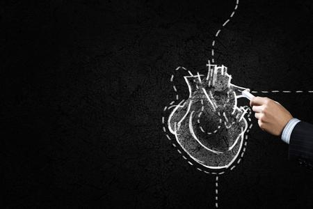 the human heart: Gr�fico de la mano del coraz�n humano con tiza en negro Foto de archivo