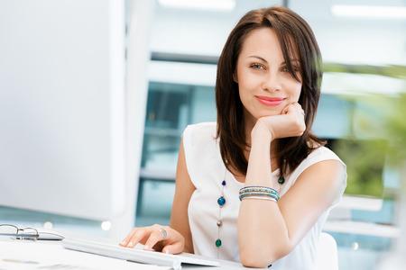femmes souriantes: Femme d'affaires moderne dans le bureau Banque d'images