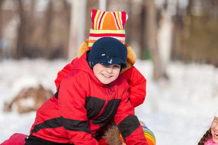 neve palle: I bambini nel parco invernale, divertirsi e palle di neve che giocano