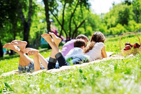 jeune fille: Happy family ayant week-end dans le parc de l'�t�