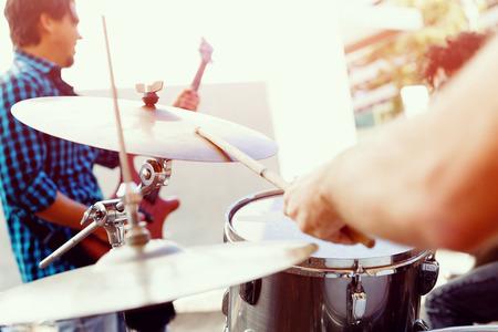 Un muscian de rue jouant de la batterie Banque d'images - 39125094