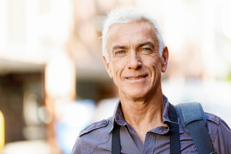 man face: Portret van knappe man buitenshuis Stockfoto